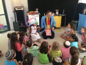 ילדים ביום הולדת עם קוסם